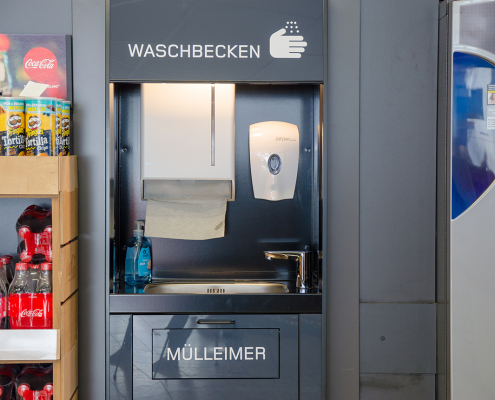 Waschbecken an Pfandautomaten